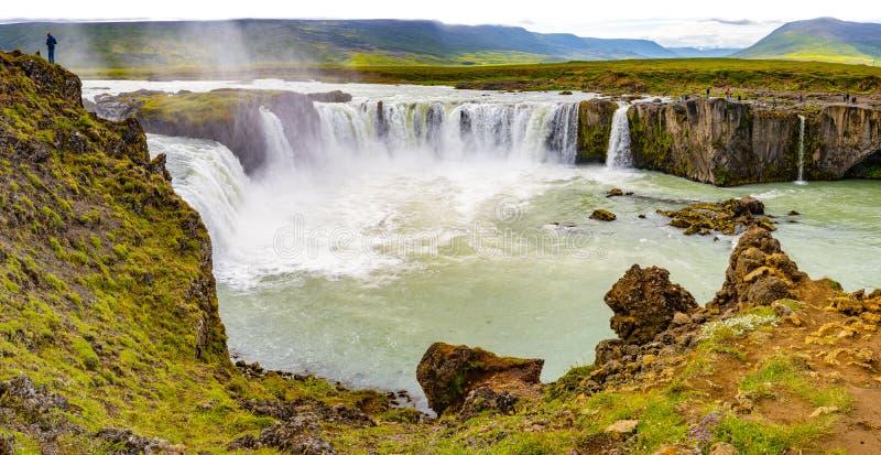 Panoramautsikt av den härliga, höga och enorma Godafoss vattenfallet på royaltyfria foton