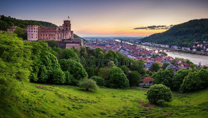 Panoramautsikt av den härliga medeltida staden Heidelberg inklusive Carl Theodor Old Bridge, Neckar River, kyrka av den heliga an arkivbilder
