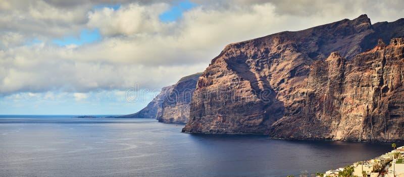 Panoramautsikt av den h?rliga steniga kusten Los Gigantes p? Tenerife, strand f?r Los Gigantes arkivbild