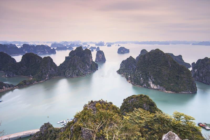 Panoramautsikt av den Halong fjärden, Vietnam fotografering för bildbyråer