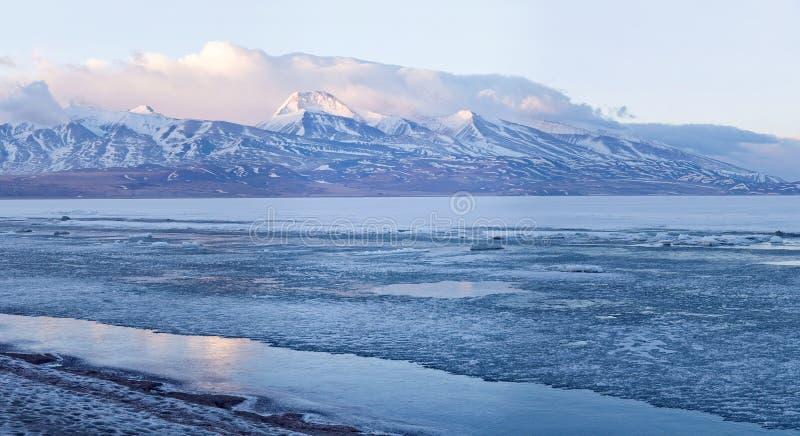 Panoramautsikt av den heliga Rakshas Tal sjön i Ngari, västra Tibet, arkivbilder