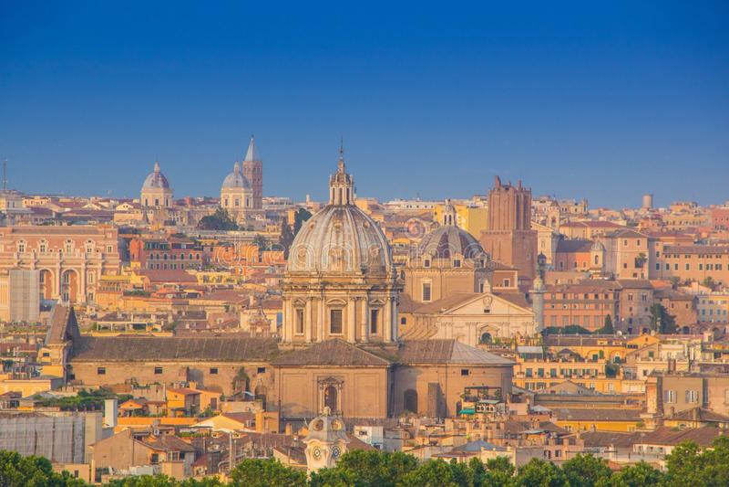 Panoramautsikt av den historiska mitten av Rome, Italien Härlig sikt av Rome, solig sommarafton Flyg- panorama- cityscape av Rome royaltyfria bilder