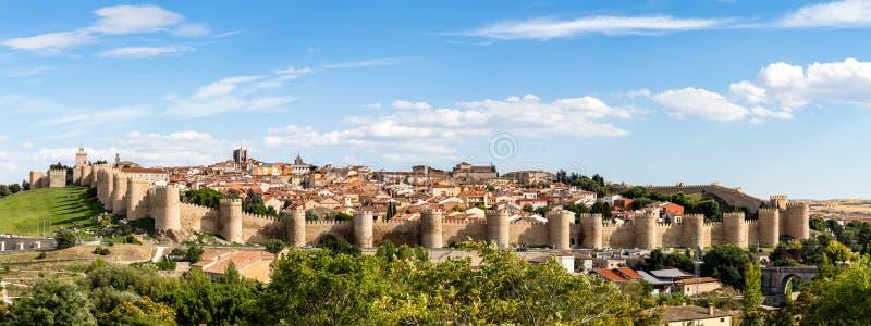 Panoramautsikt av den historiska staden av Avila från Miradoren av Cuatro Postes, Spanien arkivbild