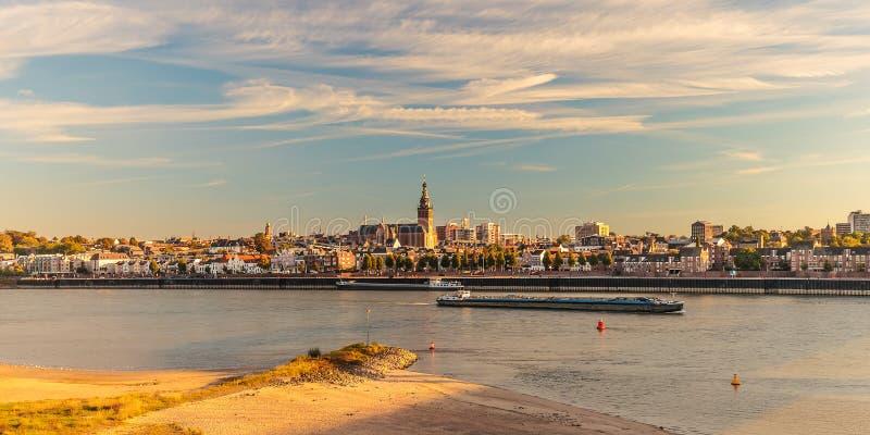 Panoramautsikt av den holländska staden av Nijmegen under solnedgång arkivfoto