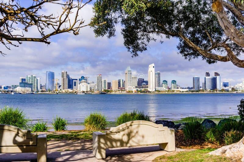 Panoramautsikt av den i stadens centrum San Diego horisonten som tas från den Coronado ön, Kalifornien royaltyfri fotografi