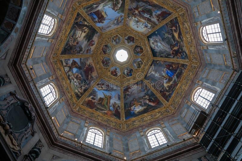 Panoramautsikt av den inre kupolen av de Medici kapellen (Cappelle Medicee) royaltyfri foto