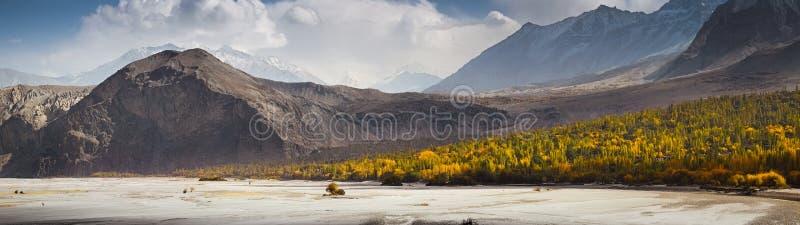Panoramautsikt av den Khaplu dalen i höstsäsong, Pakistan arkivfoton
