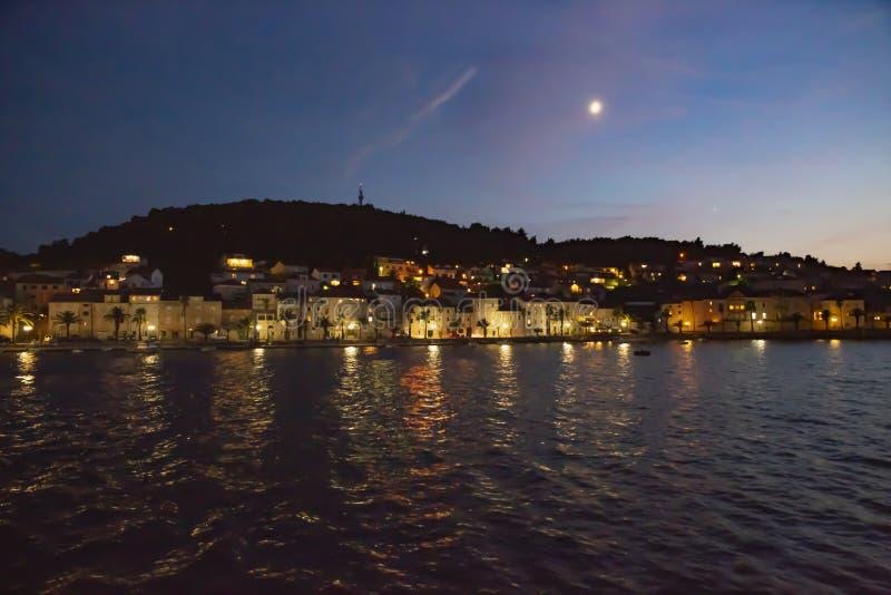 Panoramautsikt av den Korcula staden vid natt, Korcula ö, Dalmatia, Kroatien royaltyfri bild