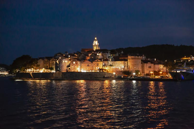 Panoramautsikt av den Korcula staden vid natt, Korcula ö, Dalmatia, Kroatien arkivfoto