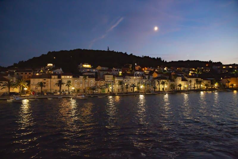 Panoramautsikt av den Korcula staden vid natt, Korcula ö, Dalmatia, Kroatien arkivfoton