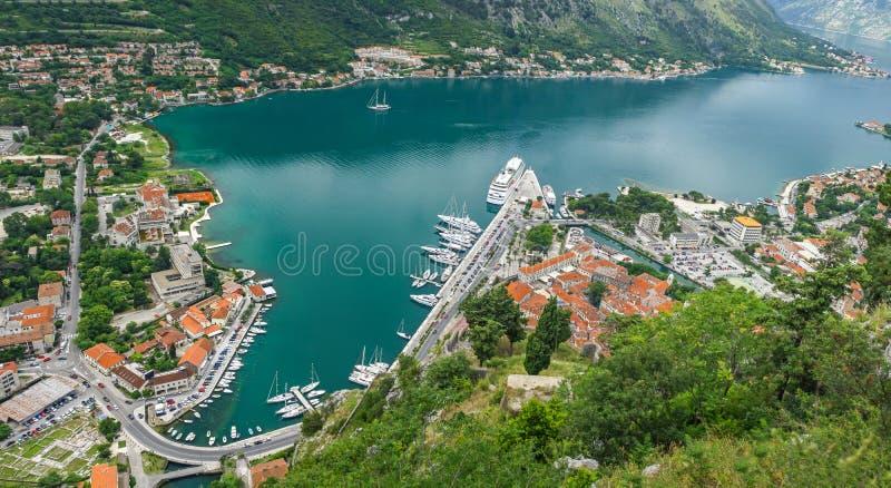 Panoramautsikt av den Kotor fjärd- och Kotor staden, Montenegro royaltyfri foto