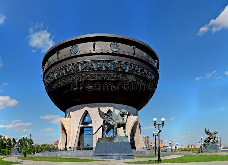 Panoramautsikt av den manliga statyn av en bevingad leopard och familjmitten Kazan arkivbilder