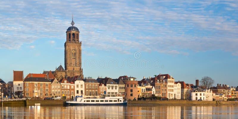 Panoramautsikt av den medeltida holländska staden Deventer fotografering för bildbyråer
