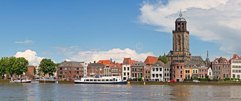 Panoramautsikt av den medeltida holländska staden Deventer med Greaen royaltyfria foton