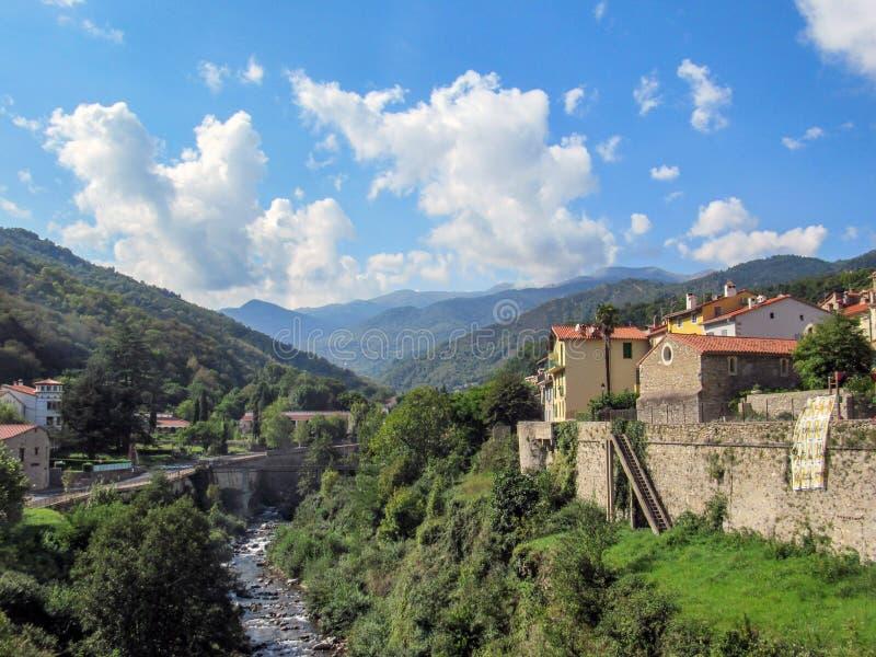 Panoramautsikt av den medeltida stärkte stadPrats de Mollo laen Preste, Techfloden och berg, Pyrenees Orientales som är sydlig royaltyfria bilder