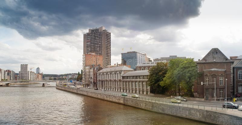 Panoramautsikt av den Meuse flodkajen arkivfoto