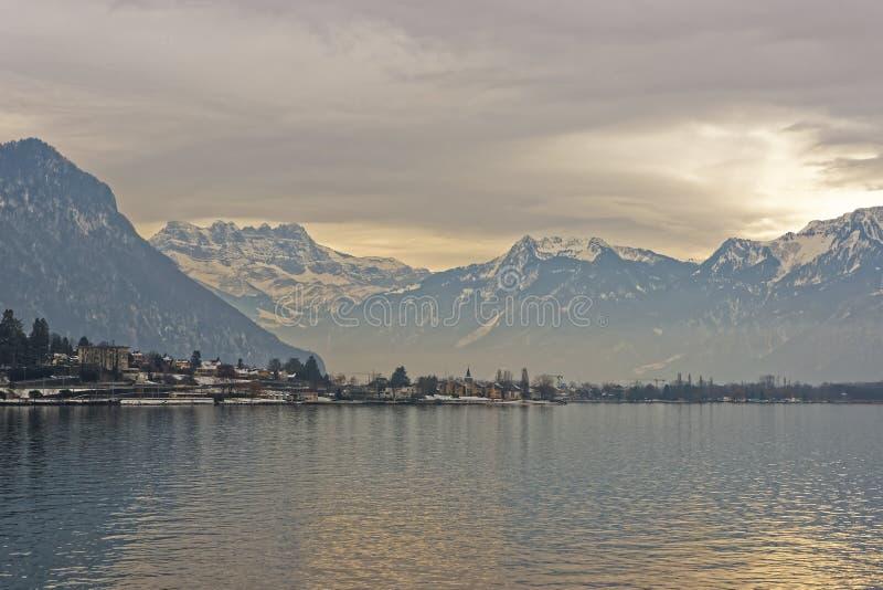Panoramautsikt av den Montreux och sjöGenève på solnedgången i vinter royaltyfria bilder