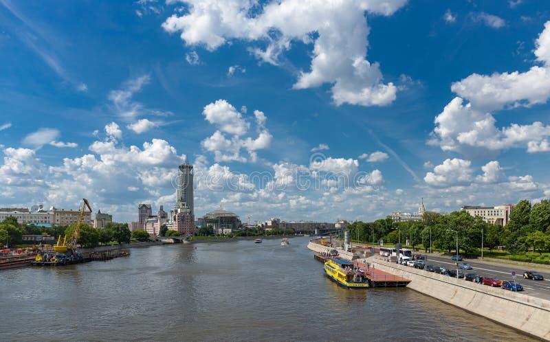 Panoramautsikt av den Moskva floden i Ryssland royaltyfri foto