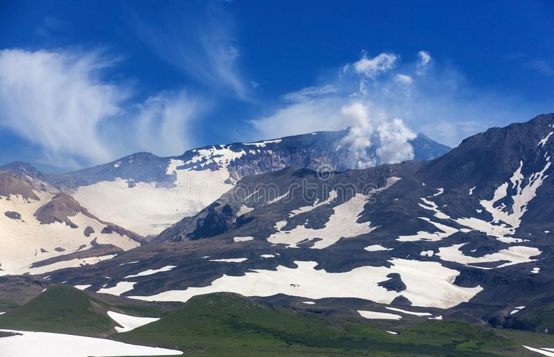 Panoramautsikt av den Mutnovsky vulkan - Kamchatka royaltyfri foto