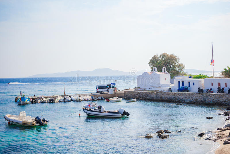 Panoramautsikt av den Mykonos stadhamnen från de ovannämnda kullarna i Mykonos, Cyclades, Grekland royaltyfria foton
