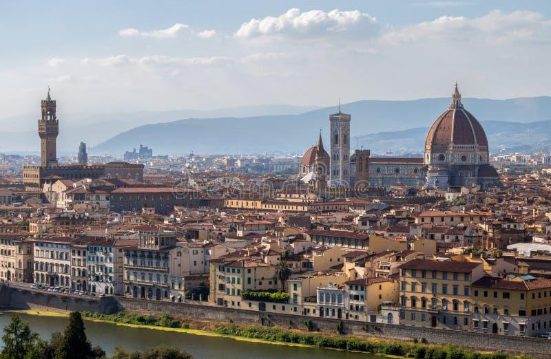 Panoramautsikt av den Santa Maria deiFiori kyrkan, kupolen och Palazzo Vecchio från piazzale Michelangelo i Florence, Tuscany, It arkivfoton