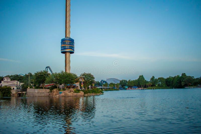 Panoramautsikt av den Sky Tower och sju hav sjön på Seaworld royaltyfri bild