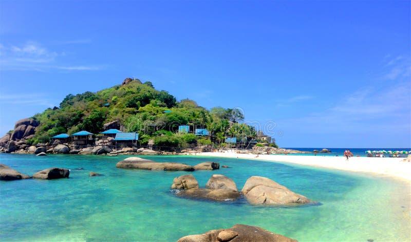 Panoramautsikt av den snövita stranden av den tropiska ön royaltyfri fotografi