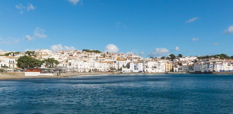 Panoramautsikt av den spanska staden av Cadaques, den berömda lilla byn av Costa Brava, Catalonia - Spanien royaltyfria bilder
