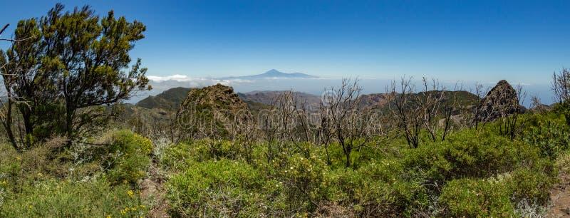 Panoramautsikt av den Tenerife ön med vulkan Teide ovanför horisont och Los Roques maxima nära den Garajonay nationalparken på La arkivfoton