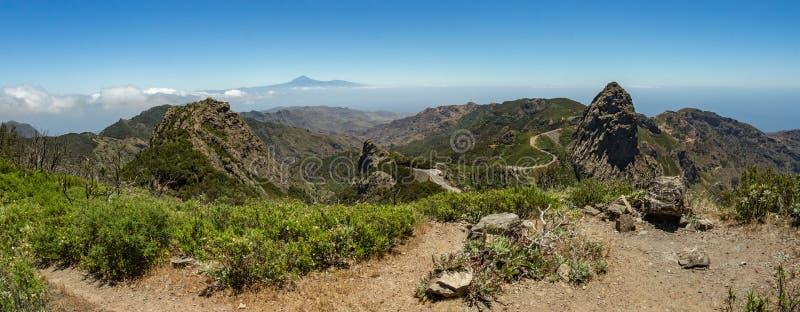 Panoramautsikt av den Tenerife ön med vulkan Teide ovanför horisont och Los Roques maxima nära den Garajonay nationalparken på La arkivfoto