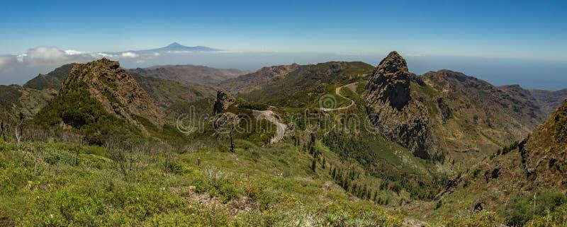 Panoramautsikt av den Tenerife ön med vulkan Teide ovanför horisont och Los Roques maxima nära den Garajonay nationalparken på La royaltyfri bild