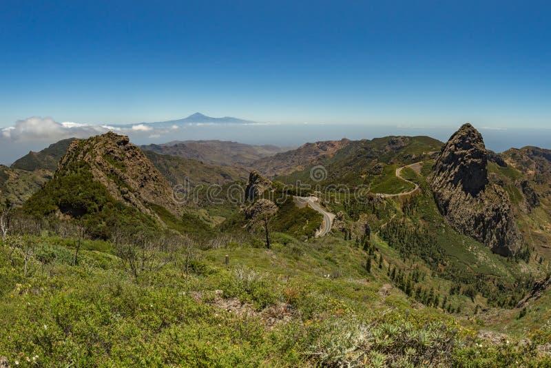 Panoramautsikt av den Tenerife ön med vulkan Teide ovanför horisont och Los Roques maxima nära den Garajonay nationalparken på La royaltyfria bilder