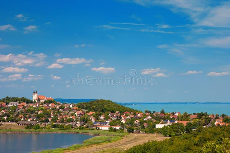 Panoramautsikt av den Tihany byn med den berömda abbotskloster på överkanten av kullen och sjön Balaton i bakgrunden och det inre royaltyfri bild