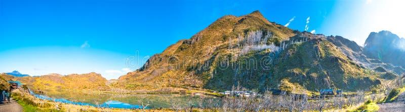 Panoramautsikt av den Torres del Paine nationalparken och två fotvandrare royaltyfria bilder