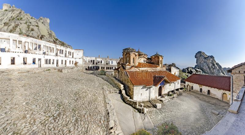 Panoramautsikt av den Treskavec kloster i Prilep, Makedonien royaltyfria foton