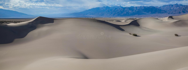 Panoramautsikt av den ursprungliga släta sanden av dyerna för Mesquitelägenhetsand i den Death Valley nationalparken arkivfoto