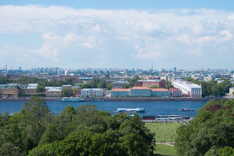 Panoramautsikt av den Vasilievsky ön och den Neva floden i St Petersburg, Ryssland arkivfoto