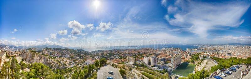 Panoramautsikt av den Vieux porten av Marseille och Notre Dame de la Garde på baksida, Frankrike royaltyfria bilder