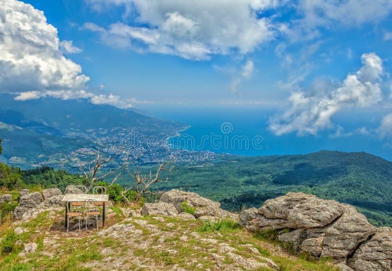 Panoramautsikt av den Yalta staden från detPetri berget. royaltyfria foton