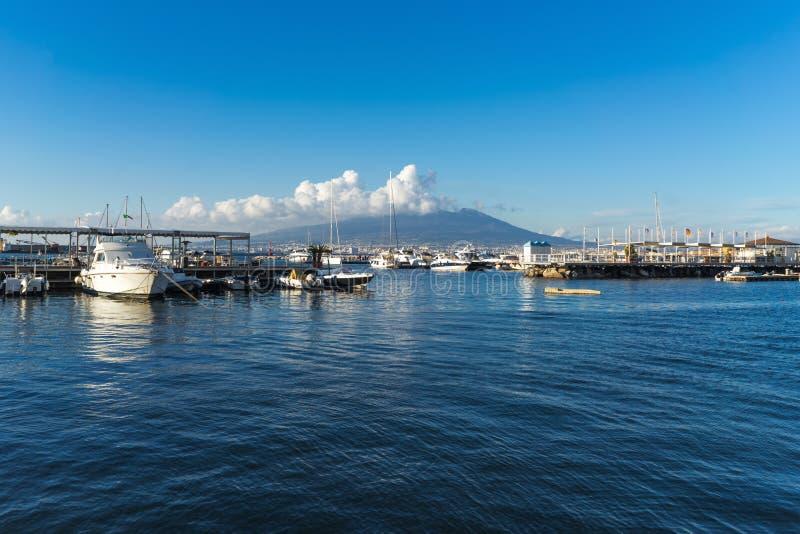 Panoramautsikt av det blåa havet och Vesuvius vulkan från porten av Castellammare di Stabia, Naples, Campania, Italien royaltyfria bilder