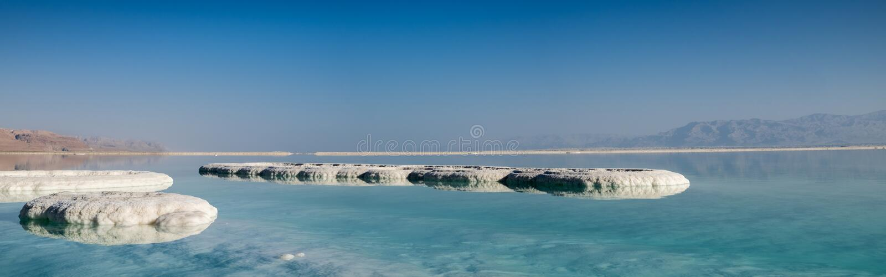 Panoramautsikt av det döda havet som är salt på stranden på soluppgång royaltyfria foton