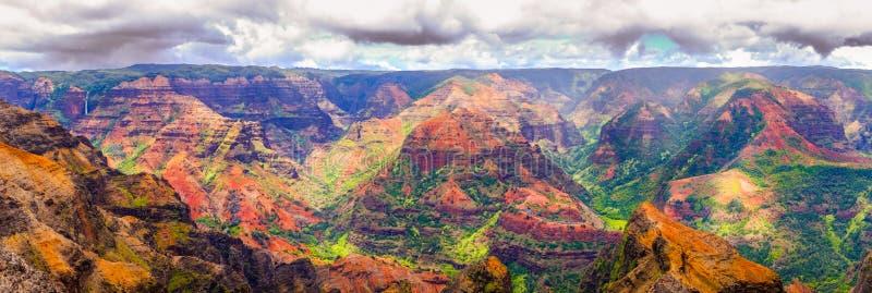 Panoramautsikt av det dramatiska landskapet i Waimea cayon, Kauai royaltyfri foto