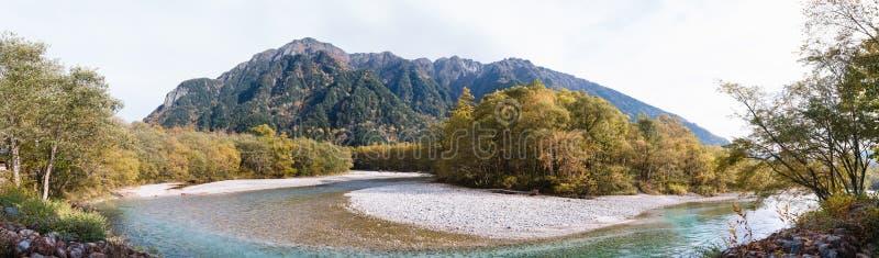 Panoramautsikt av det härliga berget med floden på den Kamikochi nationalparken arkivbilder