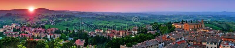 Panoramautsikt av det härliga landskapet med den medeltida staden av San Gimignano på solnedgången i Tuscany, landskap av Siena, I arkivbilder