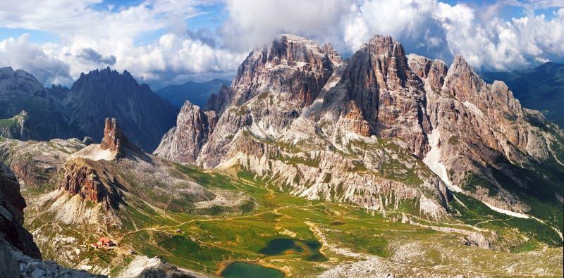 Panoramautsikt av det höga berget i Italien arkivfoton