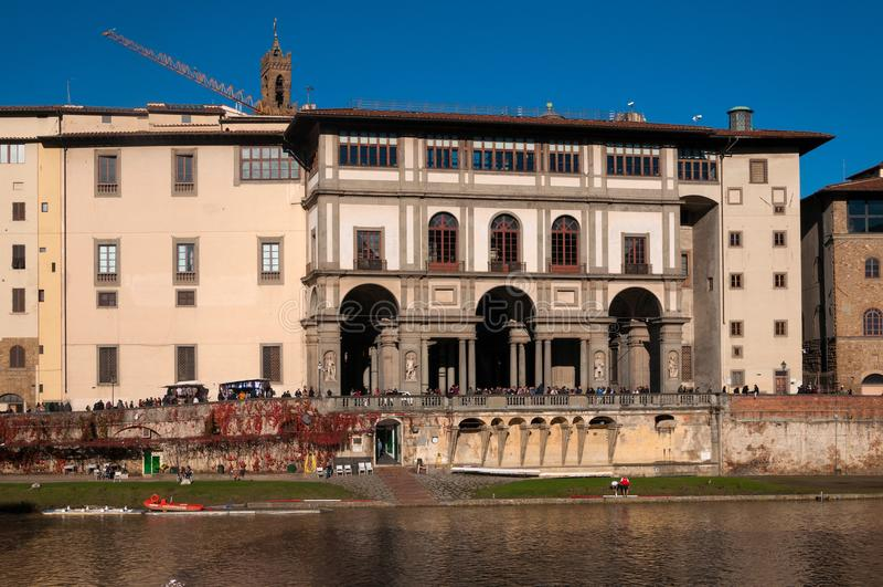 Panoramautsikt av det Uffizi gallerit och Arno River på en solig dag florence italy royaltyfri fotografi