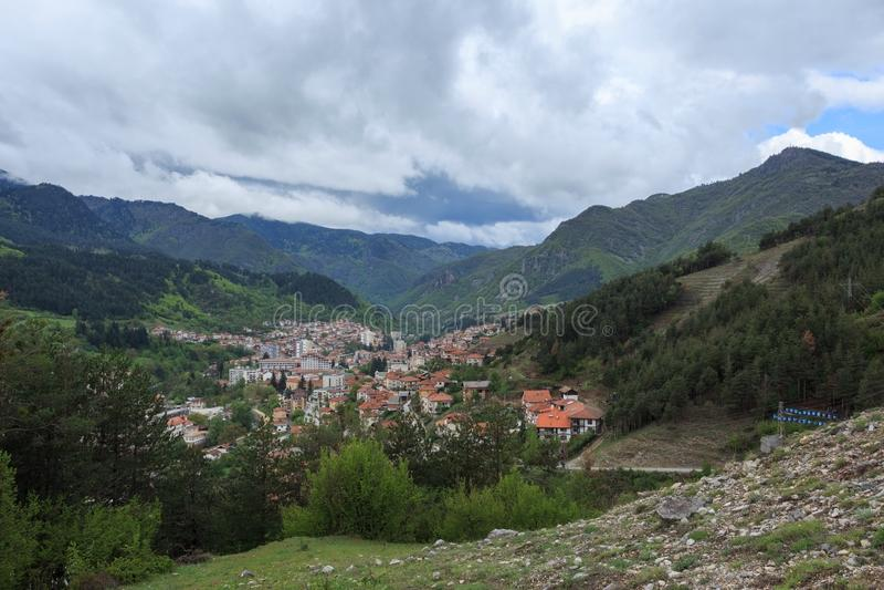 Panoramautsikt av Devin, Bulgarien royaltyfri fotografi