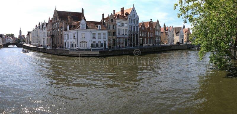 Panoramautsikt av en av de flera kanalerna i mitten av Bruges, Flanders i Belgien arkivfoto