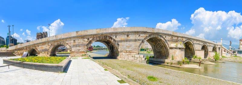 Panoramautsikt av av en berömd stenbro i Skopje fotografering för bildbyråer