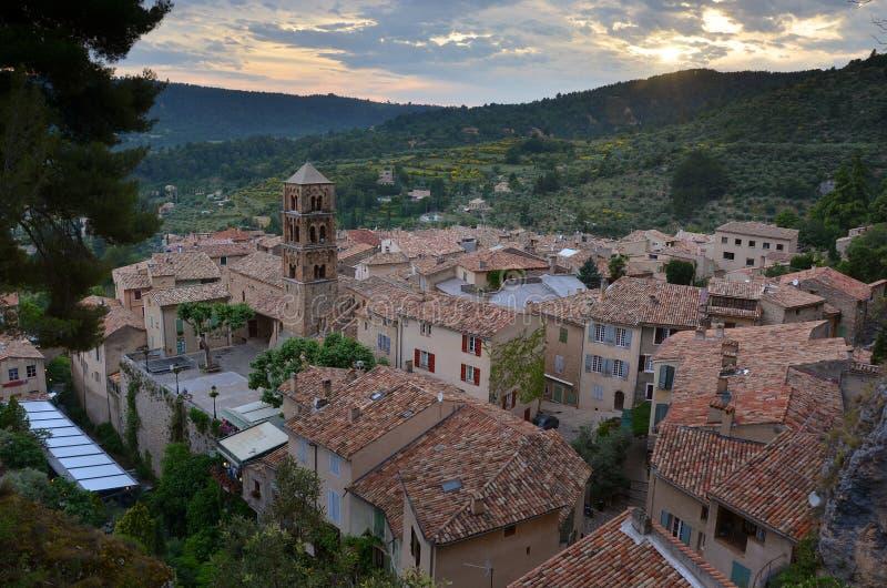 Panoramautsikt av en liten Provencal stad arkivfoton